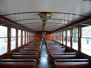 木張り電車の画像