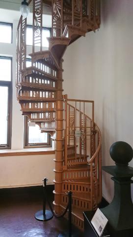 大型船舶であっても各フロアー面積は極めて大事です。螺旋階段は最小面積で昇り降り出来る優れものです。 階をつなぐ螺旋の美形は印象的で建築物にも広く引用されました。
